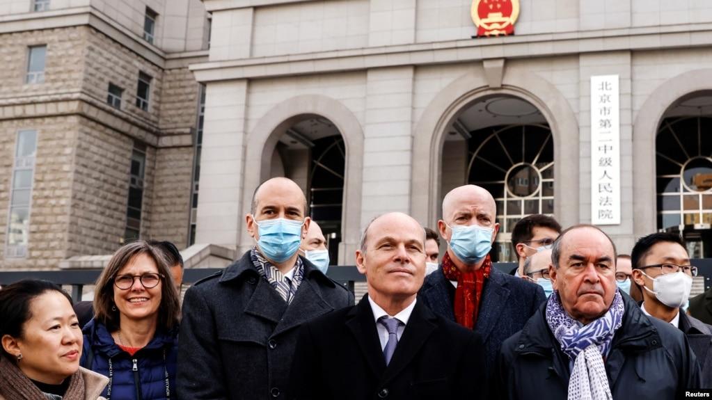 北京闭门审2位麦克现场:近30名外交官庭外声援
