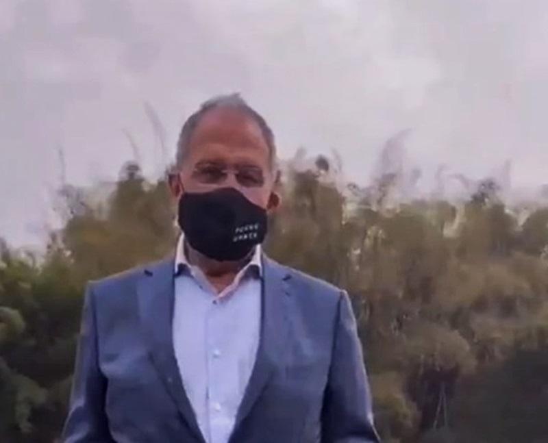 俄外长戴不雅口号口罩访华