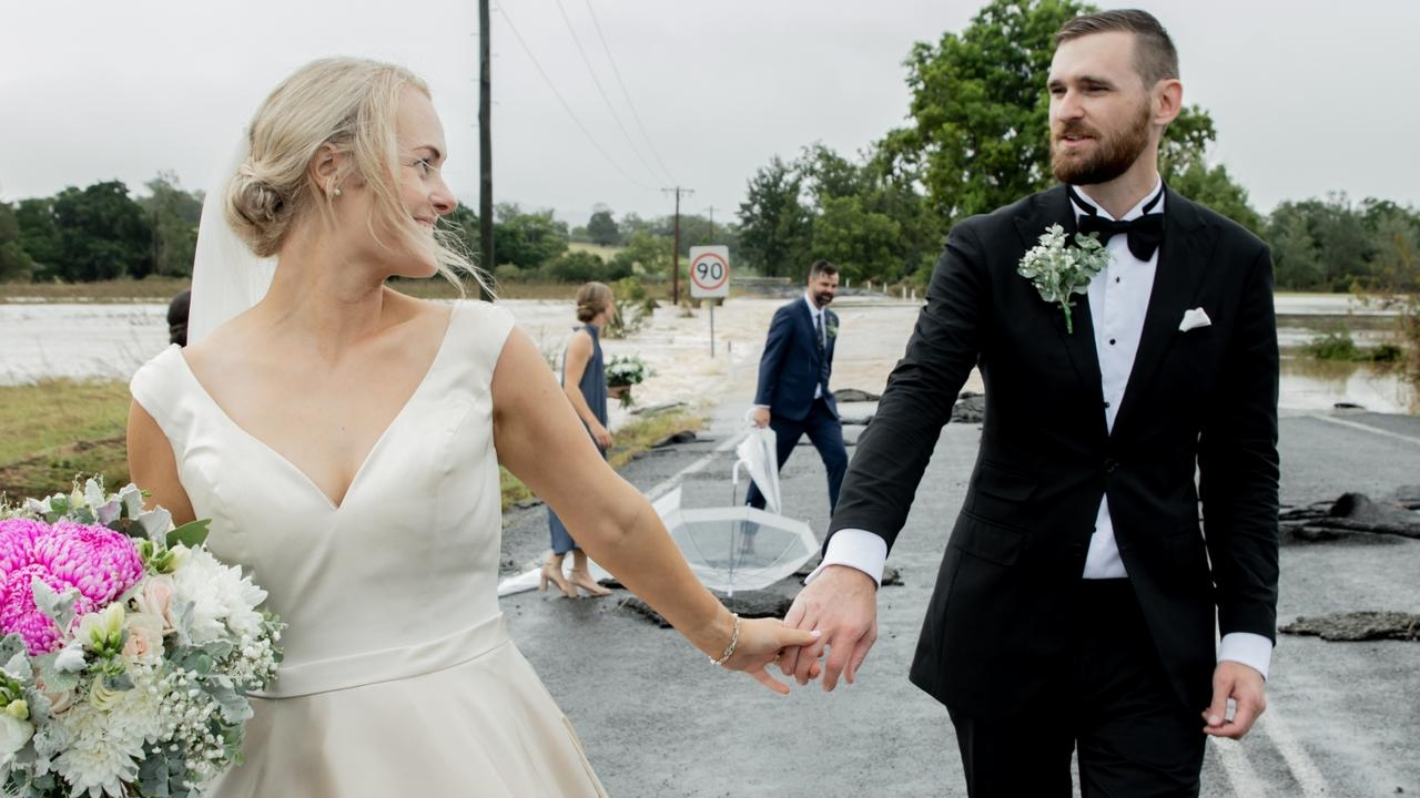 准新娘结婚遇洪水发文求救 直升机救援惊险完婚
