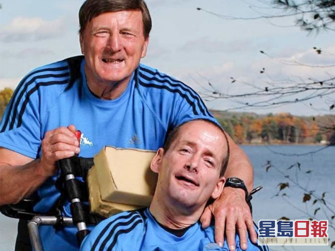 推轮椅带脑瘫儿跑逾千场马拉松 80岁铁人爸爸睡梦中与世长辞