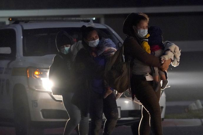 移民童染疫加剧边境危机 拜登派贺锦丽挑大梁