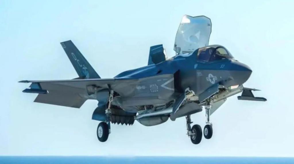 奇了!美军一架 F-35B 自己击中自己,重伤