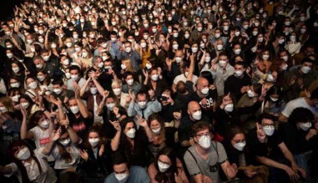 西班牙疫下首办5000人演唱会 试验检疫成效