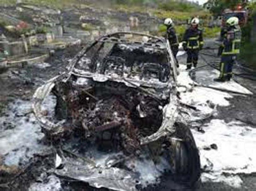 祭祖赔了车 BMW烧成废铁