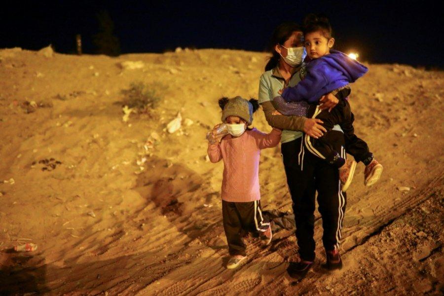 美墨边境小移民孤身前进