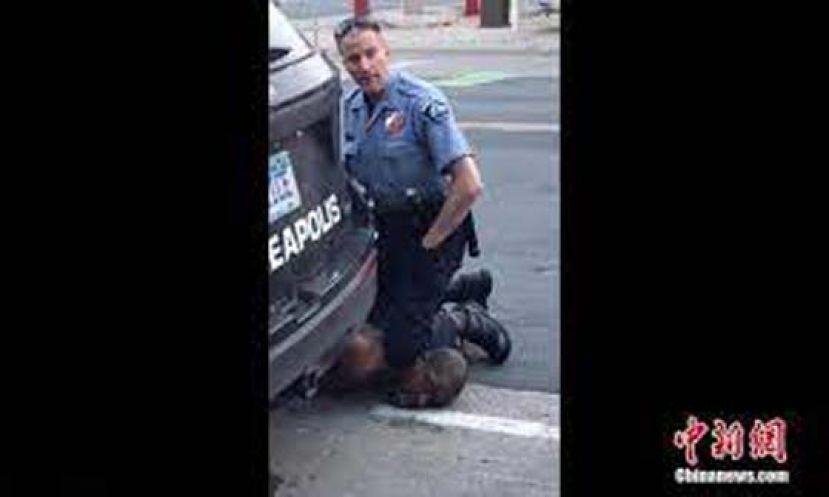"""弗洛伊德案庭审:暴力执法遭批 警察辩称""""他体格大"""""""