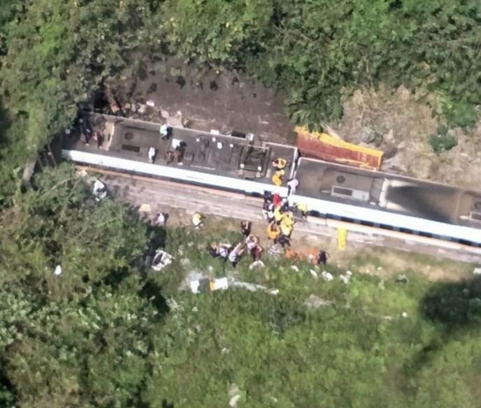 台铁1列车出轨 4节车厢卡隧道 至少36人无生命迹象