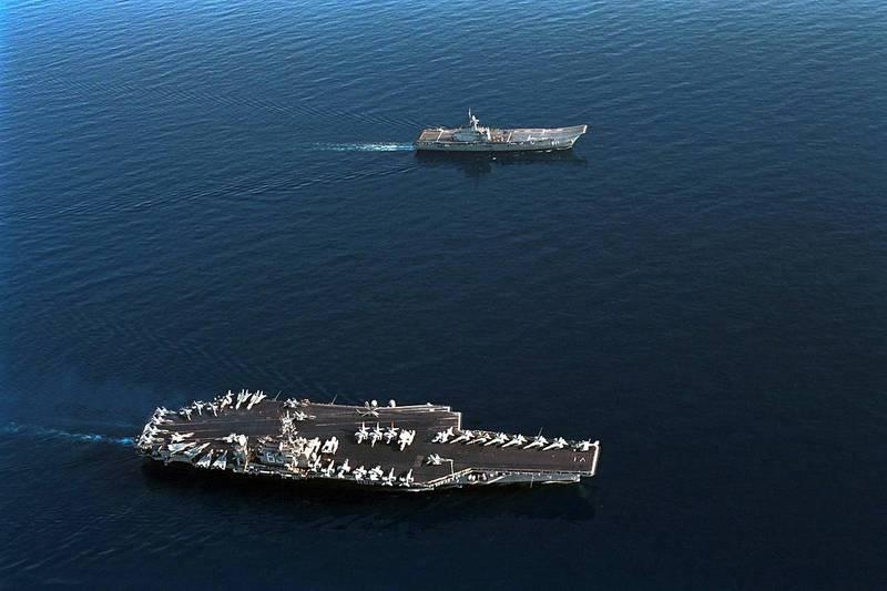 """这国出动一艘""""世界最小航母"""" 穿越新加坡海"""