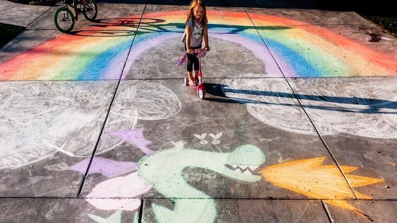 巧手医生用粉笔 地上绘画庆復活节