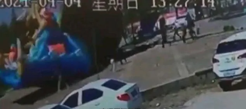 充气城堡被风吹翻十几米  中国一女童死亡