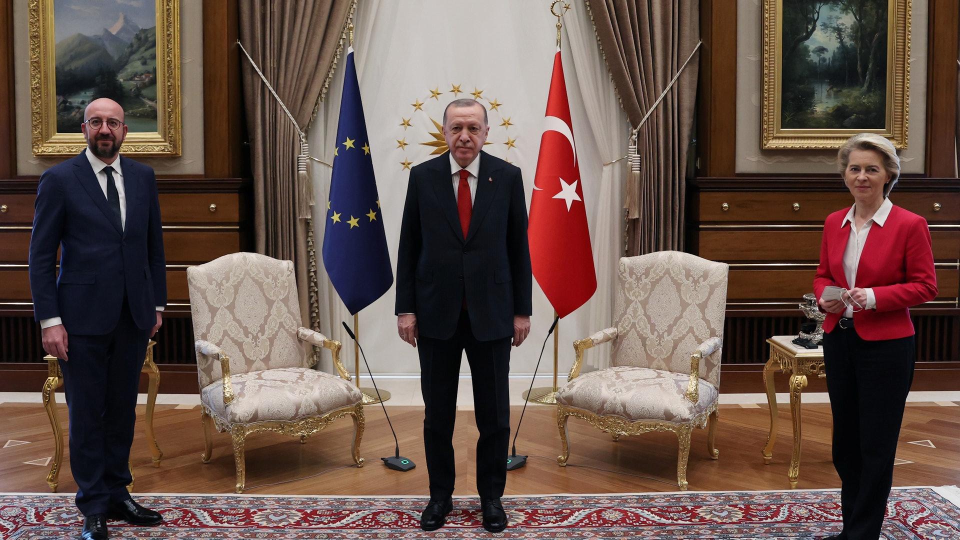 """欧盟女""""总理""""访土耳其 遭遇这一场面太尴尬了!"""