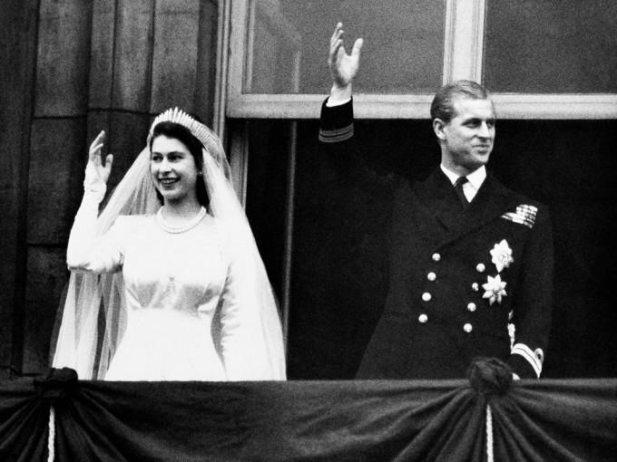 【皇夫逝世】英女皇与菲腊亲王一见锺情 厮守73年牵手渡过无数风雨