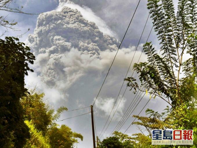 加勒比海岛国圣文森有火山爆发 约1.6万人紧急疏散
