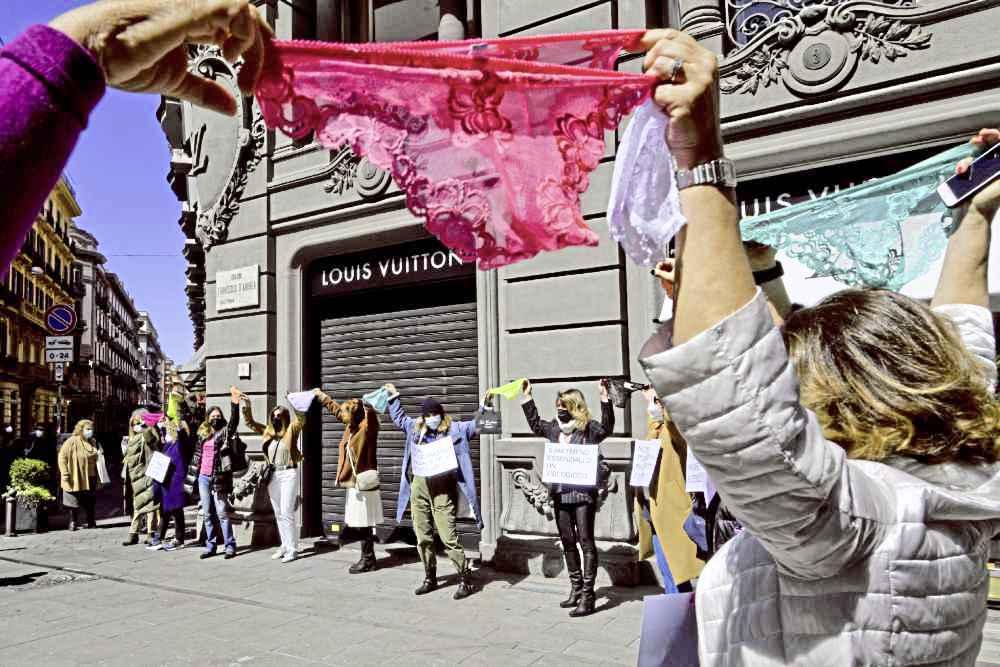抗议封锁期又延长 意商家高举内裤示威