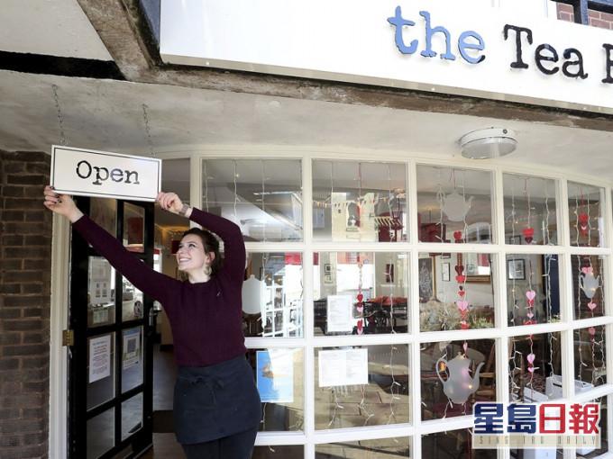 英格兰地区放宽防疫措施 重开非必要店铺