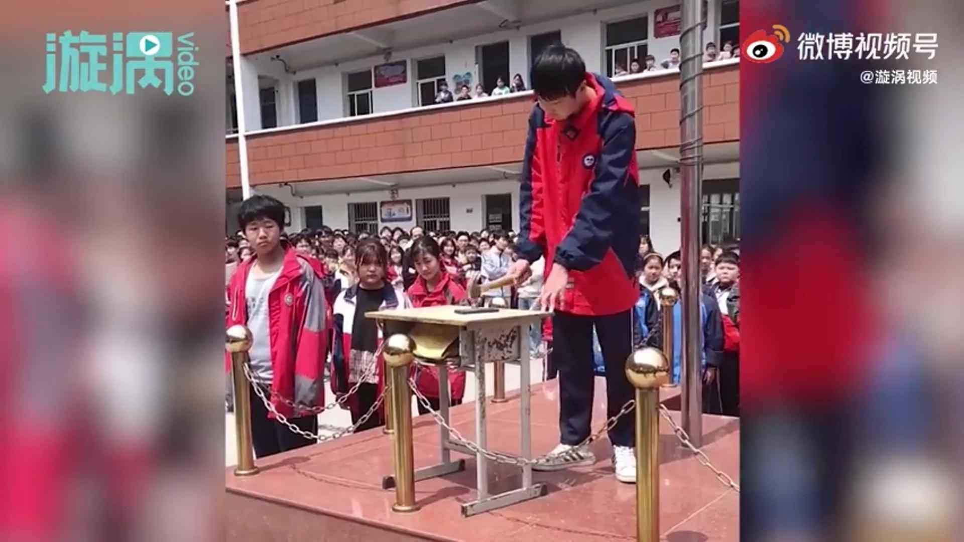 """河南中学办""""集体砸手机""""活动 让学生自己砸烂 师生围观"""