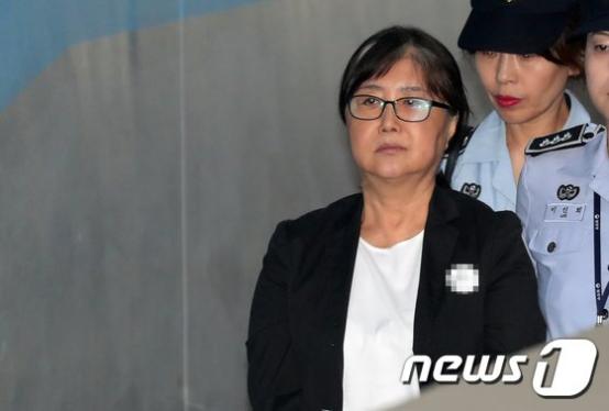 """朴槿惠闺蜜称狱中遭""""性骚扰"""":腰疼却让脱裤子"""