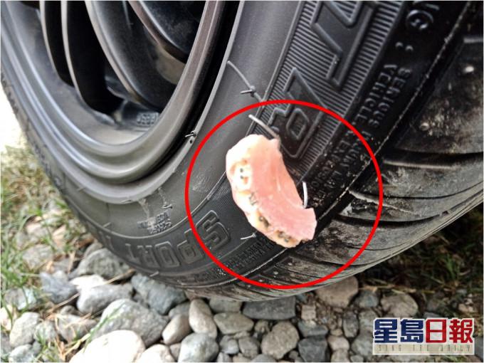 假牙刺穿车胎惹热议 菲男吃惊:假牙坚硬无比