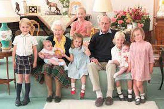 英王室公布女王夫妇 与7曾孙温馨合影