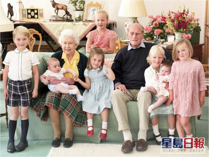 菲腊亲王珍贵照片曝光 与7个曾孙合照场面温馨
