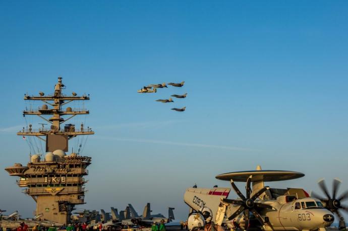 波斯湾局势升温 美法双航母震慑伊朗