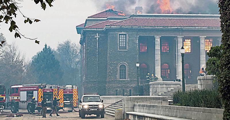 南非桌山林火延烧 大学图书馆陷火海