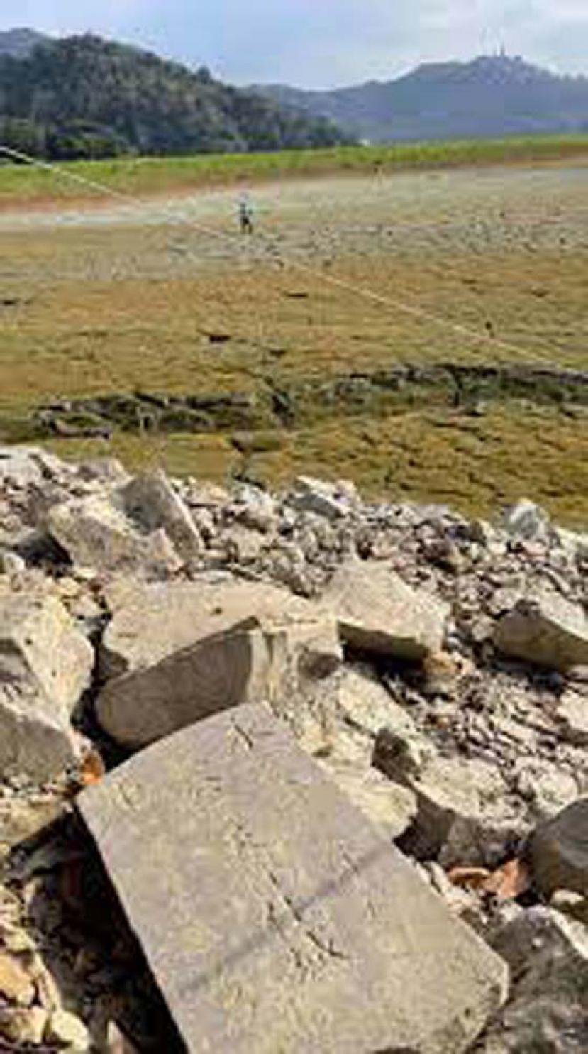 日月潭水位干涸一大半 疑似乾隆时期墓碑现踪