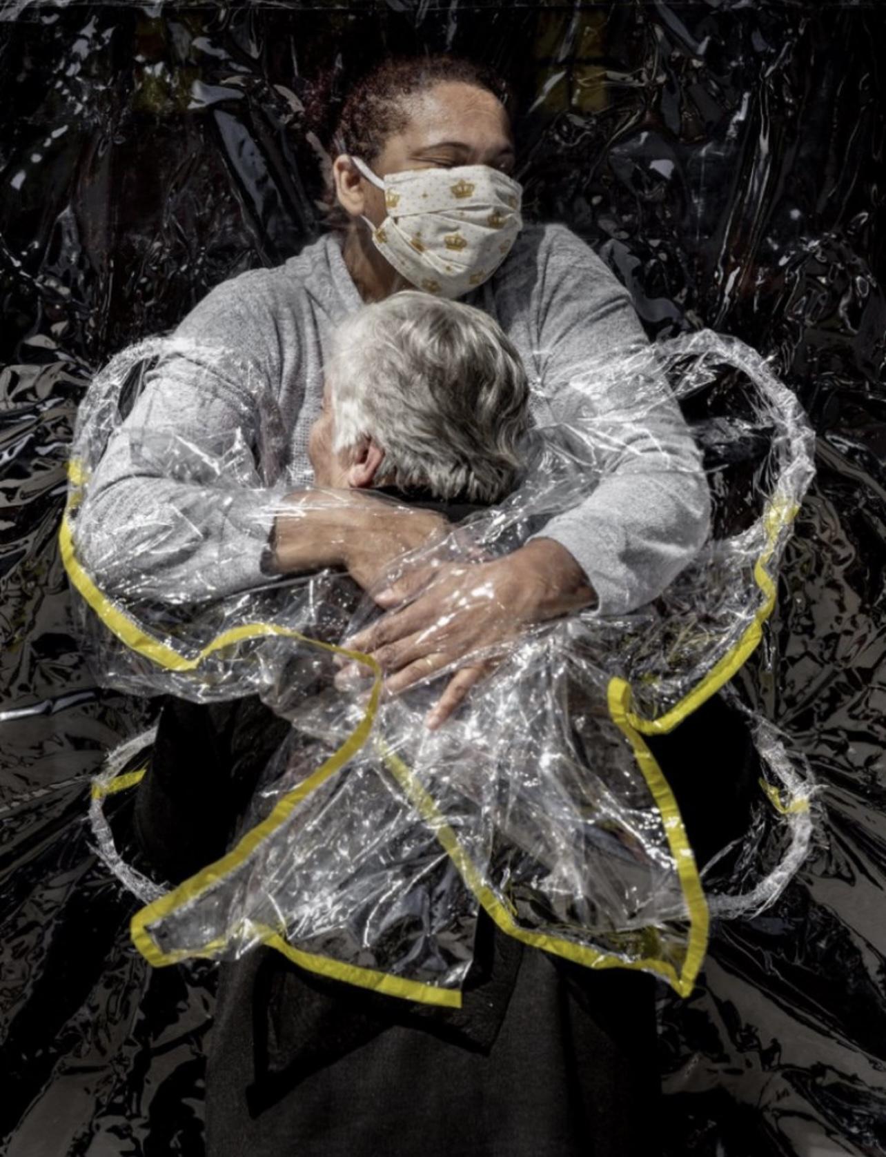 """疫情下的""""第一个拥抱"""" 荣获世界新闻摄影奖"""