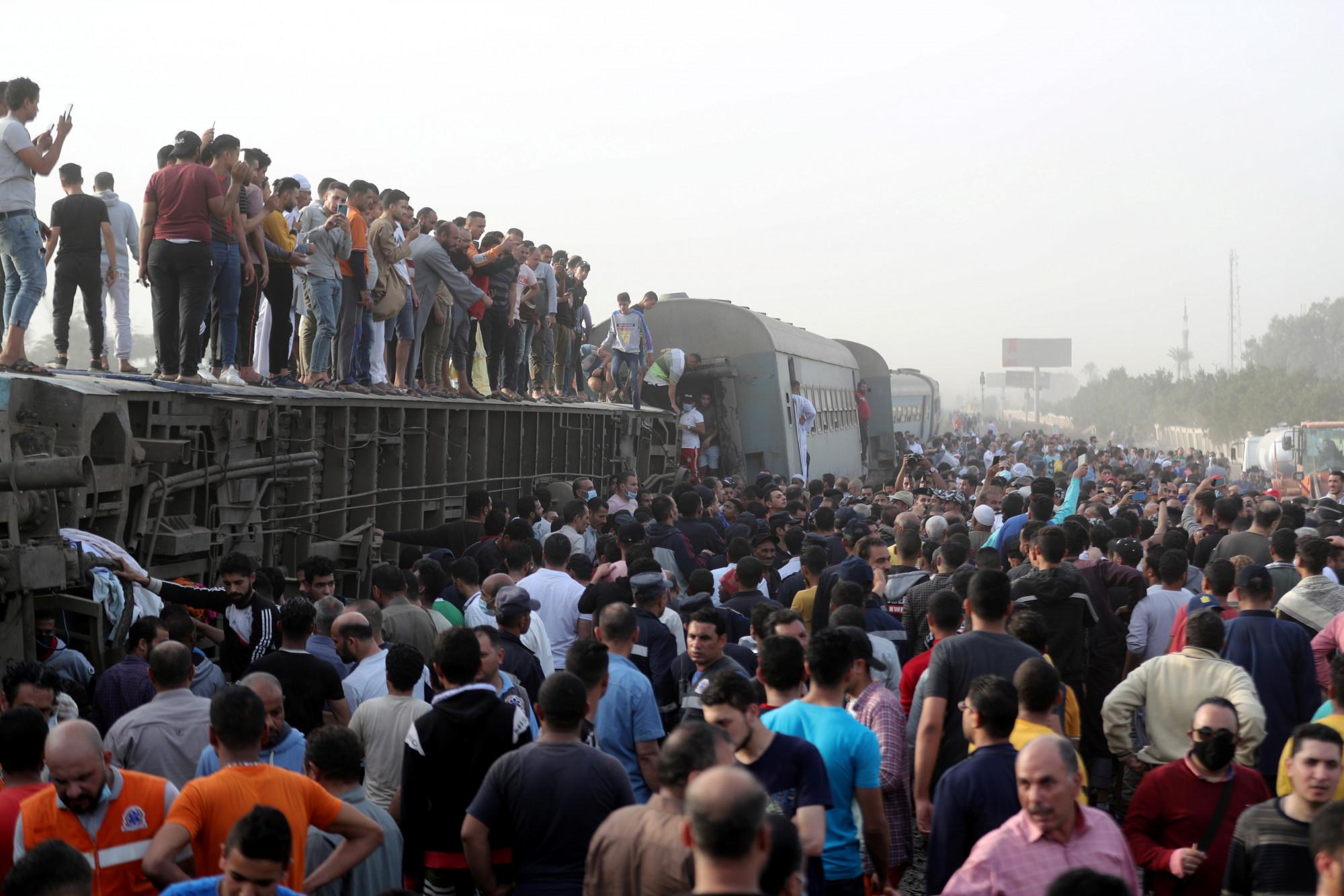 埃及列车脱轨 酿11死98伤