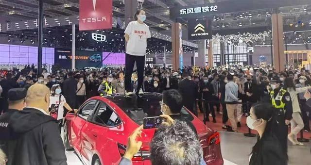 上海车展维权女子被拘 特斯拉对车主感抱歉