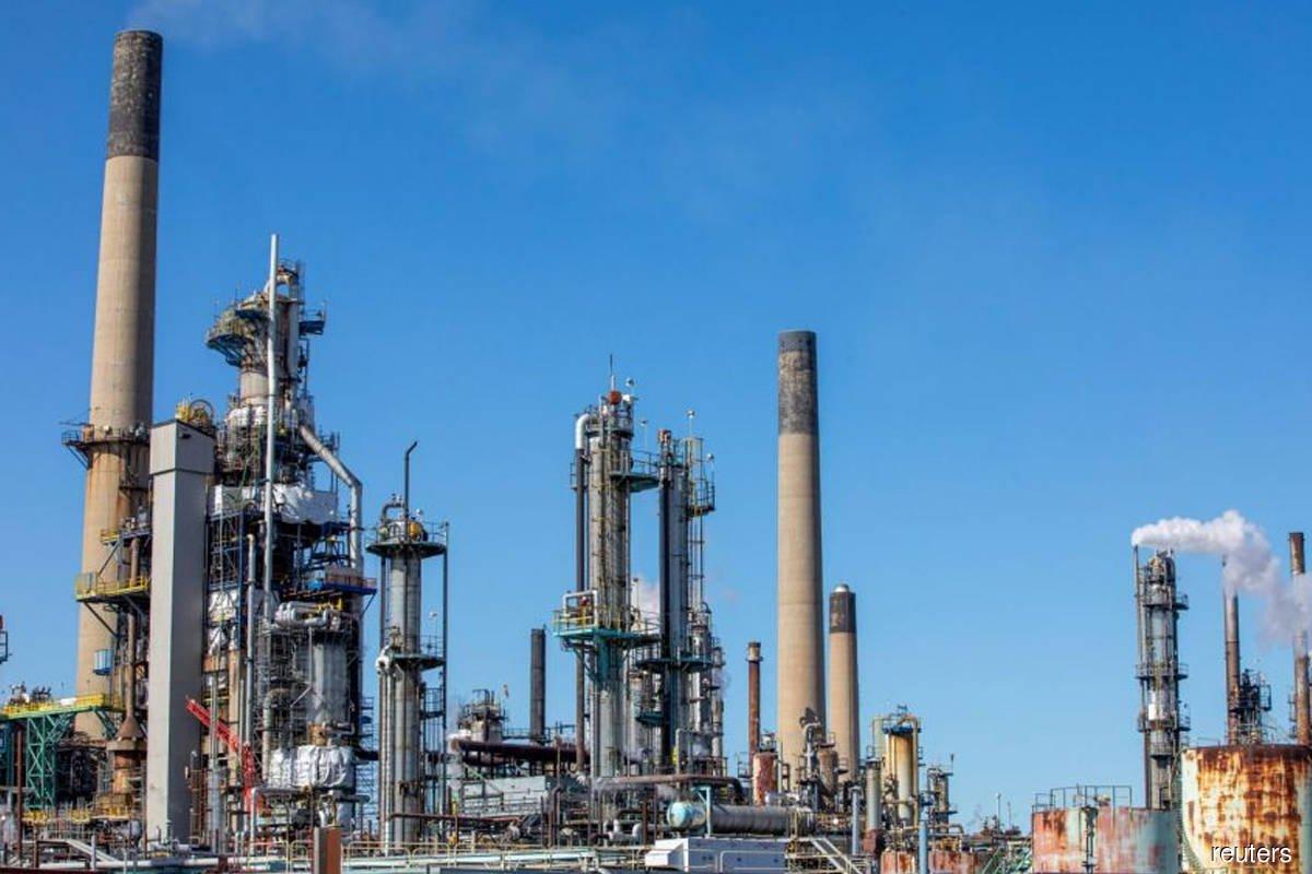 Oil edges higher on US, Europe demand hopes