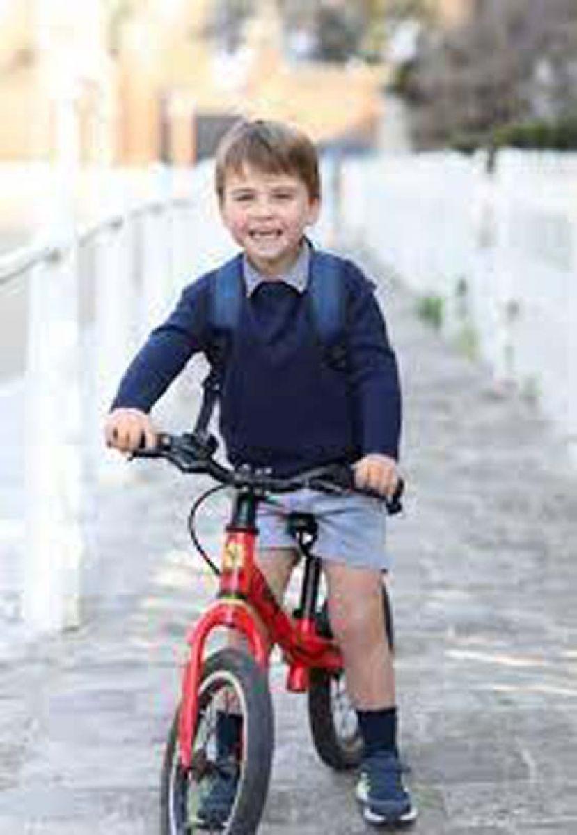 英国路易王子满3岁 上幼儿园了