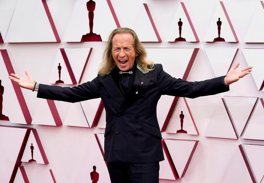 Oscar songs get a pre-show. Carey Mulligan, Amanda Seyfried walk red carpet.