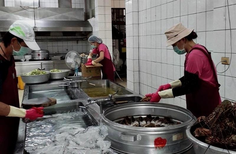 台湾国小营养午餐竟是龙虾 家长:我也想当学生