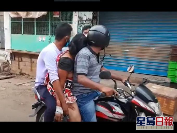 【有片】印度救护车短缺 儿子女婿电单车截母遗体回村庄火化