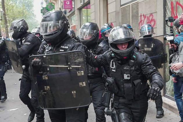 chaos gripping Paris as violence & vandalism mark May Day protest