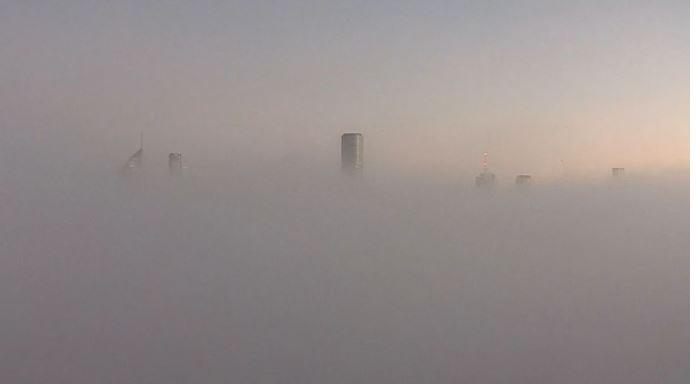 布里斯班CBD今晨浓雾笼罩,高速公路多车相撞,8人受伤!悉尼空气质量仍很差(组图)