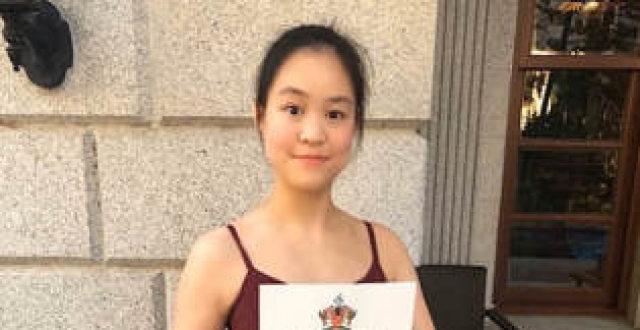 向刘銮雄示好!吕丽君18岁女儿晒照庆父亲节,早前被家族基金除名