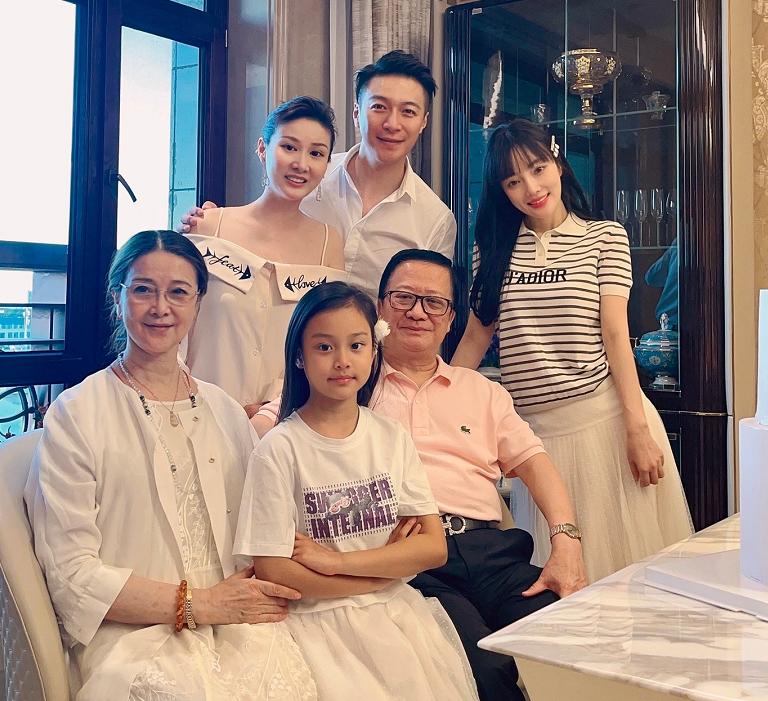 李小璐现活得很滋润,带干弟弟在豪宅为母亲庆生,当网红后没少赚