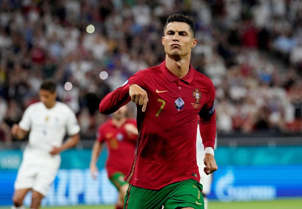 Play Ronaldo as a striker, says Rooney