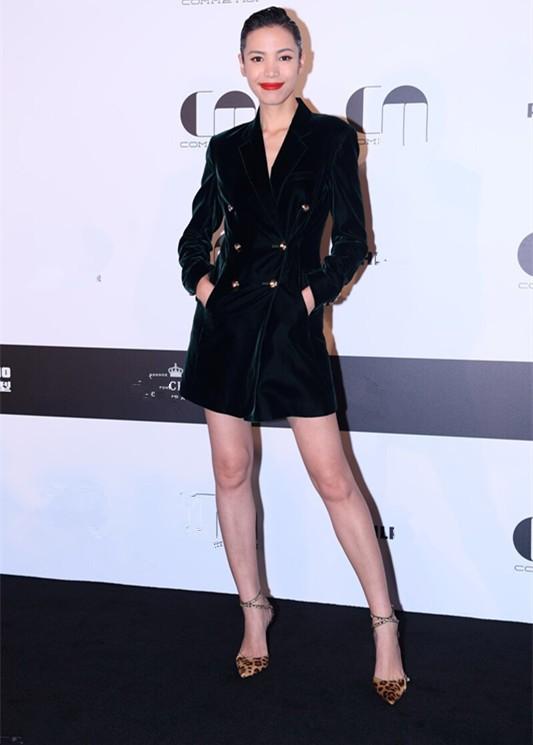 原创 美人迟暮!徐帆穿丝绒西装显老态仍优雅,这才是53岁最真实的样子