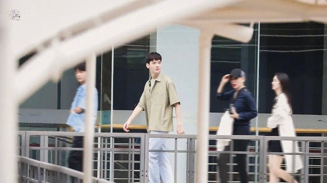 龚俊新综路透图曝光 绿色衬衫配牛仔裤少年感十足