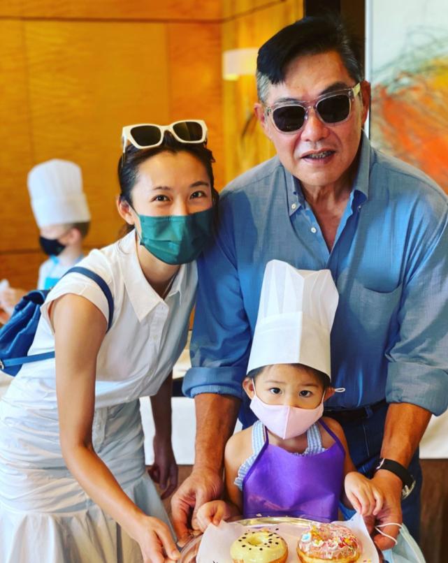 前TVB宫女和女儿一起制作甜品为大25岁百亿老公庆生