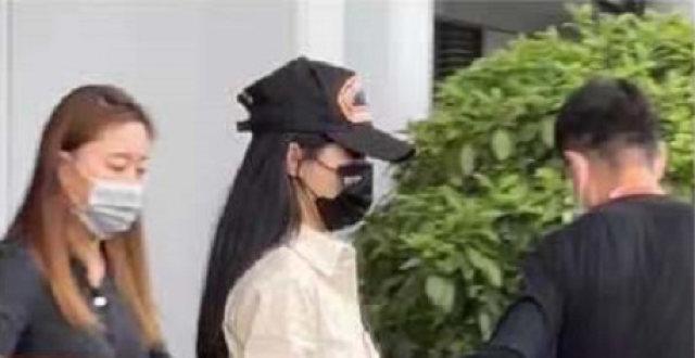 赵丽颖回归《中餐厅5》,穿衬衫裙现身机场,遮挡严实漫画腿抢镜