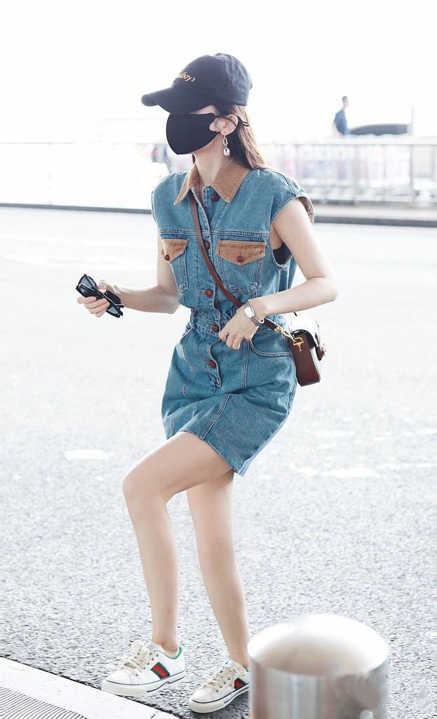 原创 娜扎身材气质太优越,牛仔短裙穿出超模范,这腿围我酸了