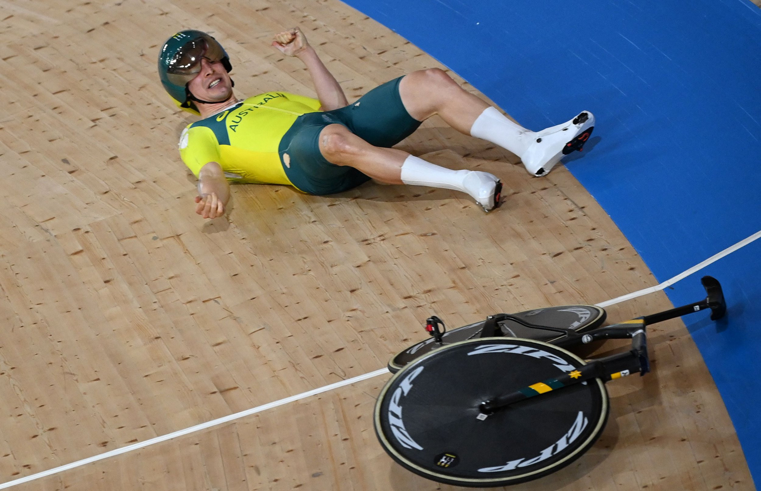 Ouch! Australian track cyclist crashes after handlebars give way during Olympic team pursuit