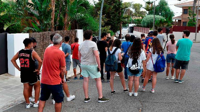 Fans outside Messi's house 'devastated' over Argentine's Barca exit