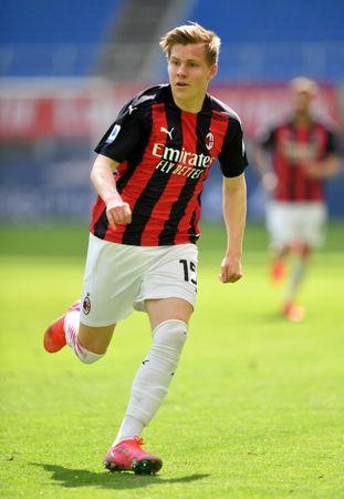 Soccer-Eintracht Frankfurt seal loan signing of Milan winger Hauge