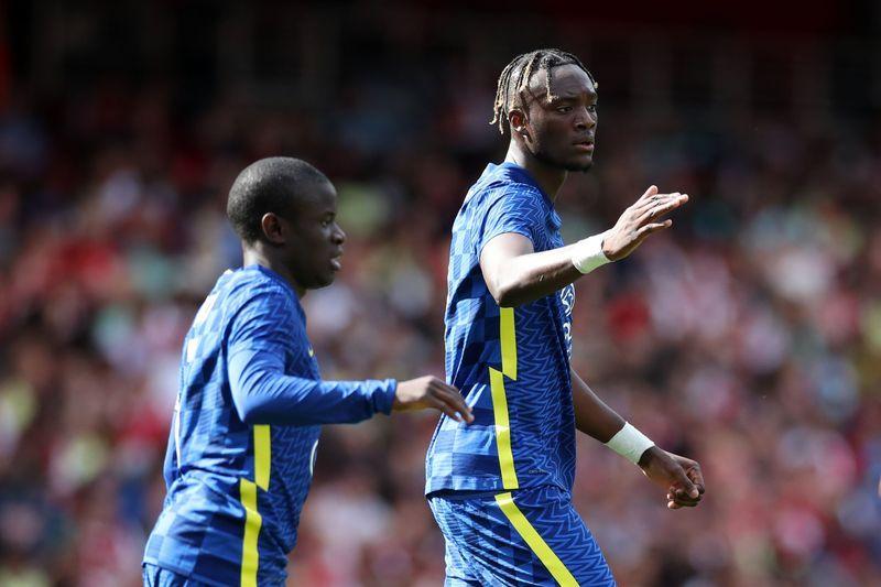 Soccer-Roma sign striker Abraham from Chelsea