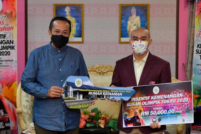 Azizulhasni gets RM350,000 reward from Terengganu for Olympics silver medal win